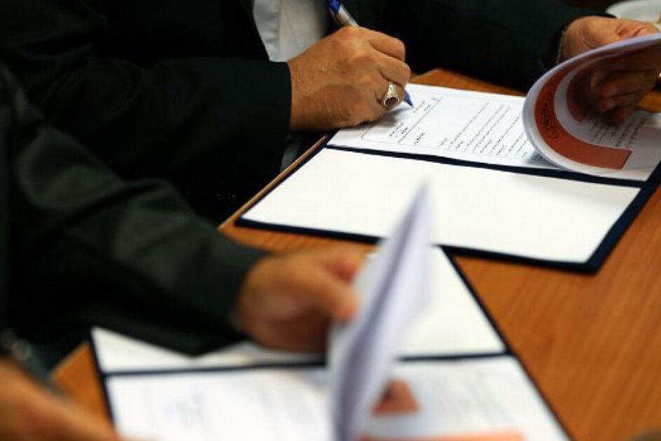 خبرنگاران استانداری کرمان و سازمان زمین شناسی کشور تفاهم نامه همکاری امضا کردند